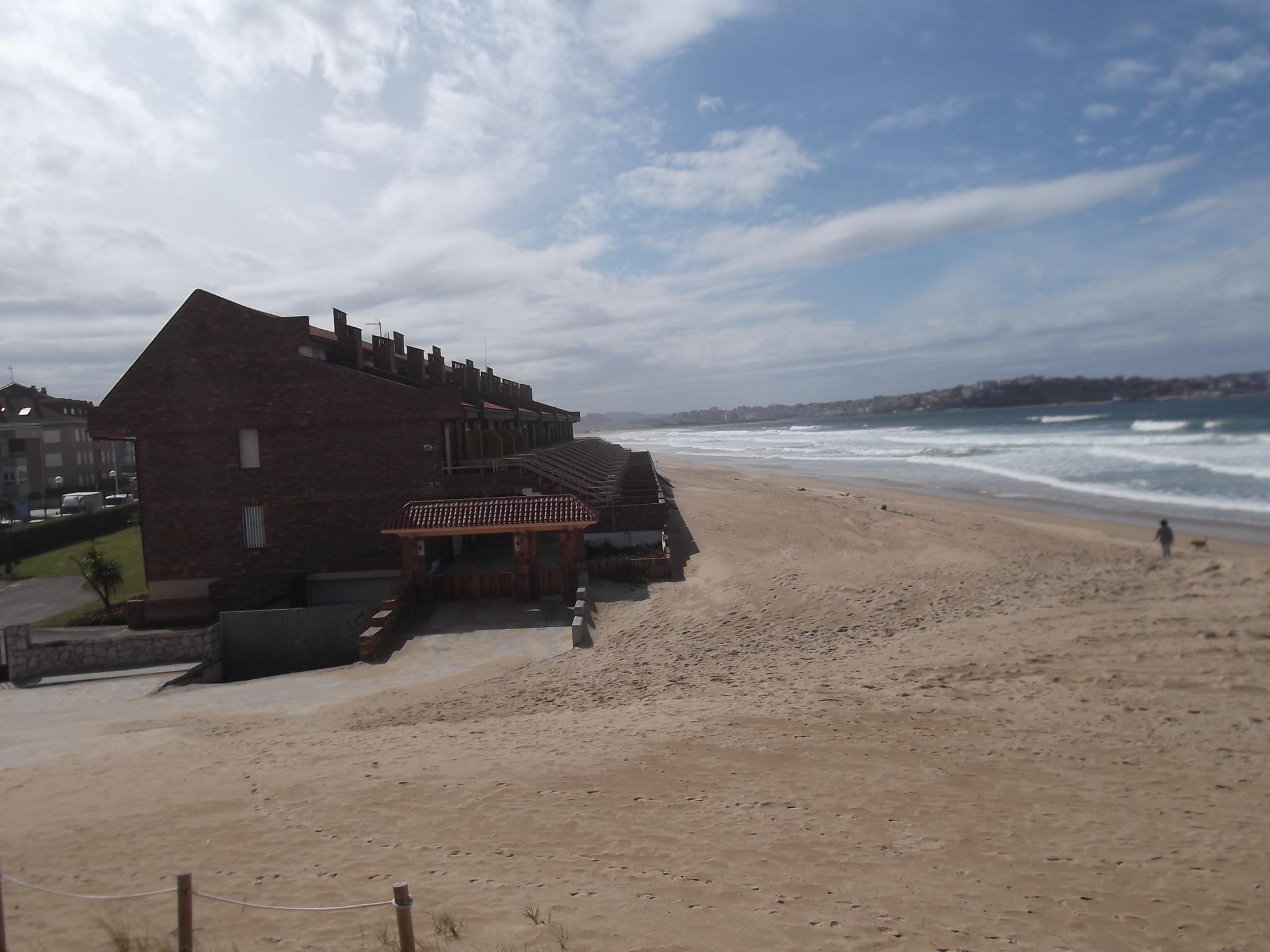 chalet adosado en primera linea de playa con acceso directo a la playa y parking privado en somo la costa inmobiliaria